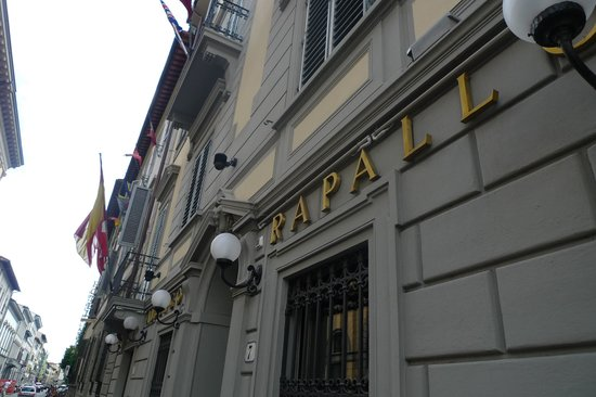 Hotel Rapallo: Hotel entrance from the street