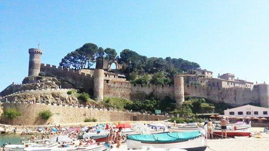 Museo del Far de Tossa : вид на крепость с пляжа