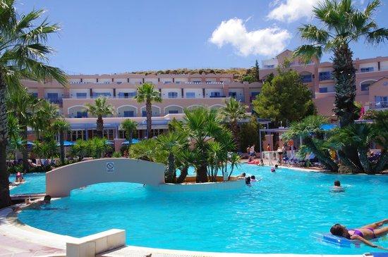 Mitsis Rodos Village Beach Hotel : une des deux grandes piscines de l'hôtel