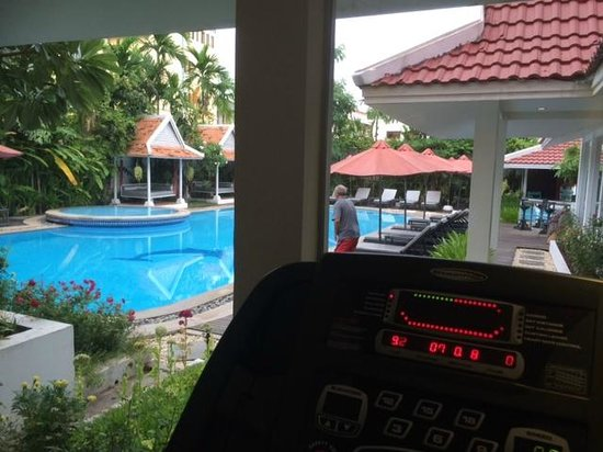 Memoire d' Angkor Boutique Hotel: Looking out at pool and lounges from Treadmill in gym