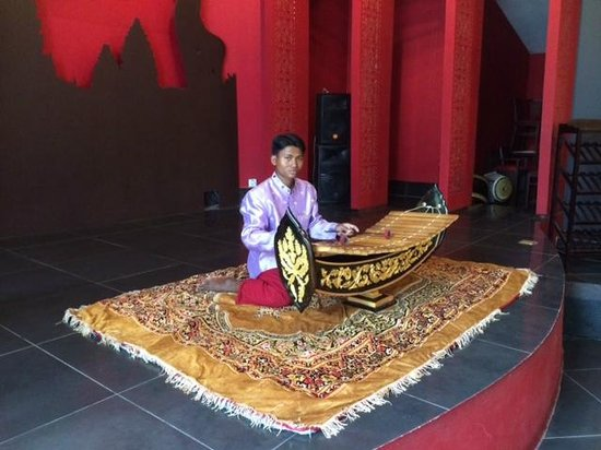 Memoire d' Angkor Boutique Hotel: Morning entertainment during Breakfast