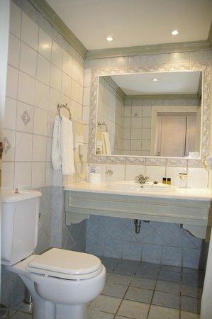 Mitsis Rodos Village Beach Hotel : la salle de bains