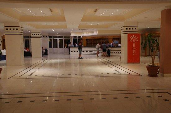 Mitsis Rodos Village Beach Hotel : hall d'accueil -réception de l'hôtel