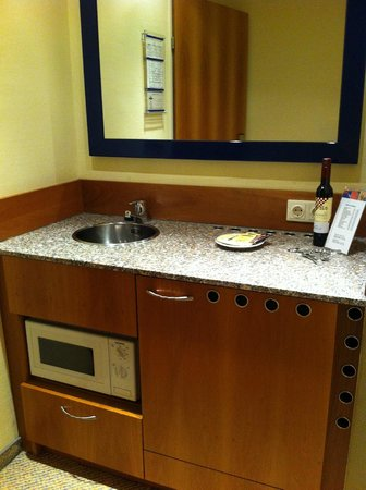 Starlight Suiten III Heumarkt: Kitchenette with micro and fridge