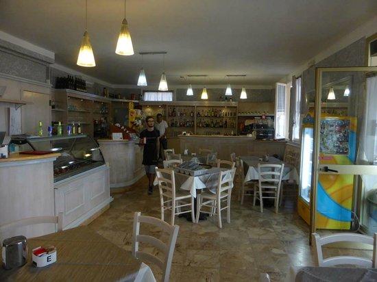 Inneneinrichtung 2 - Photo de Emy Bar, San Lorenzo al Mare ...