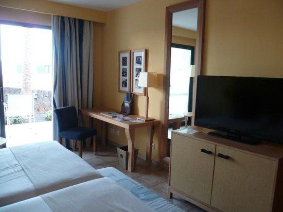 Hesperia Lanzarote: Chambre: espace bureau et télévision