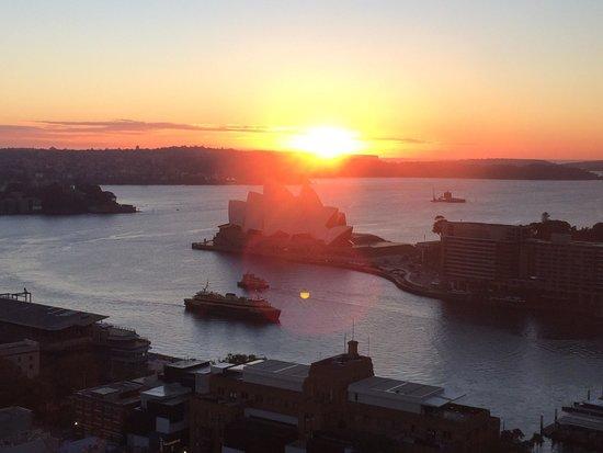 Shangri-La Hotel Sydney: Lever de soleil sur l'Opera de la vue de la chambre au Shangri-La