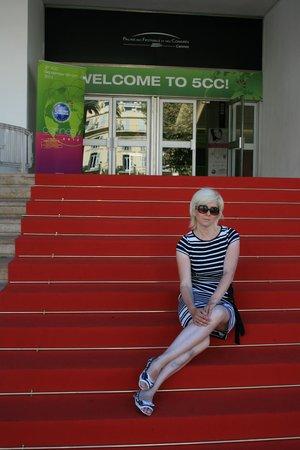 Palais des Festivals et des Congres of Cannes: Красная ковровая дорожка по техническим причинам проложена к черному входу
