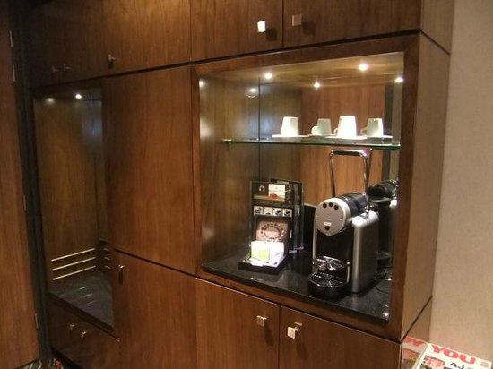Hotel Golden Tulip Amsterdam West: coffee machine in room