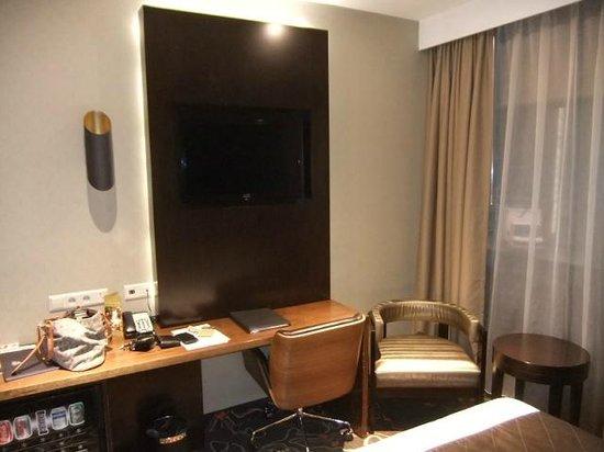 Hotel Golden Tulip Amsterdam West : tv in room
