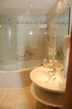 Adria Hotel Prague: Ванная комната