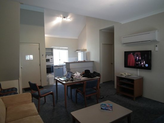 Broadwater Beach Resort Busselton: Main living area in a Beach Front Villa With Loft