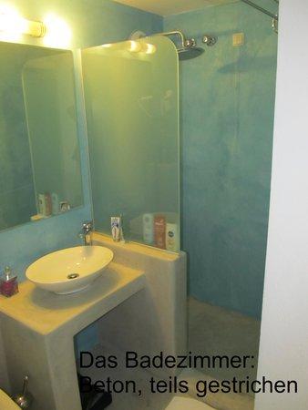 RK Beach Hotel: Badezimmer. Dusche schön, aber wenig Wasser