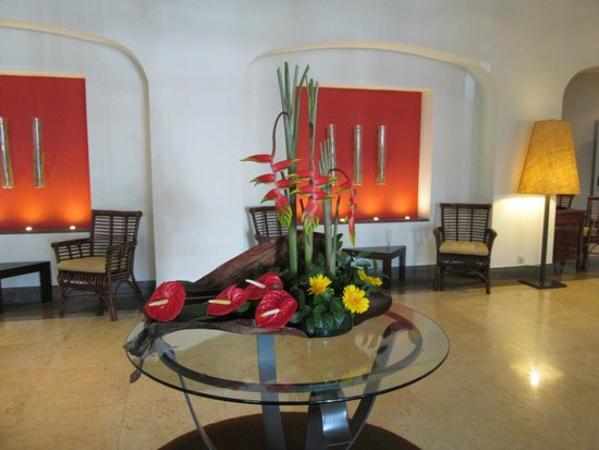 The Residence: Beautiful flowers in reception