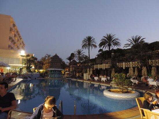 IFA Catarina Hotel: Aussicht von der Animationsbühne auf den Poolbereich