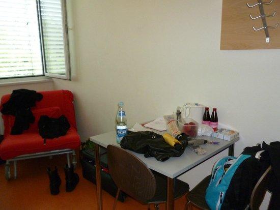 Junges Hotel: Tisch mit Sitzgelegenheiten