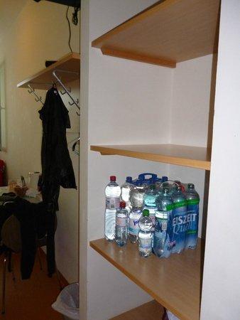 Junges Hotel: Praktische Ablage (Schrank ist nicht vorhanden)