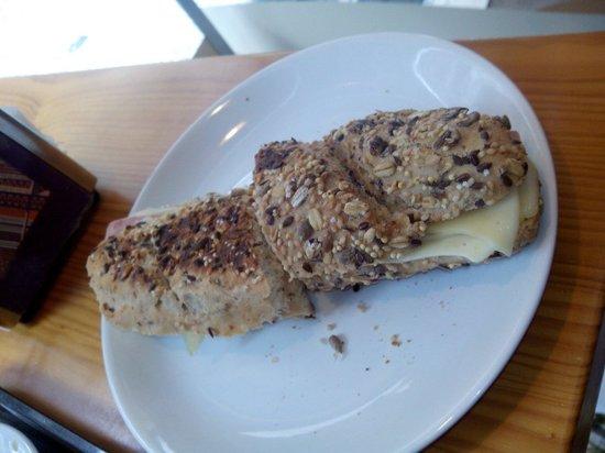 The Traveller Caffé: Tosta em pão de cereais...