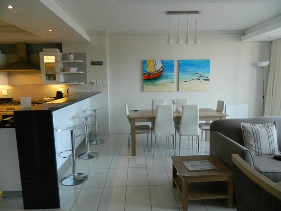 The Whale Coast All Suite Hotel: Open plan kitchen dining