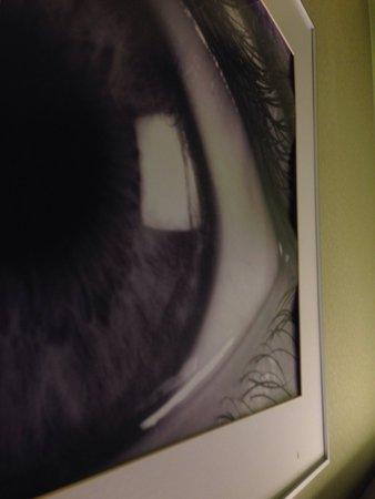 SANA Capitol Hotel: Bild was sich aus dem Rahmen zu lösen beginnt mit Kratzern.