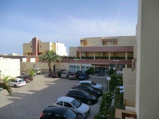 Hotel Baia Cristal: vista dalla camera (su ingresso e parcheggio)