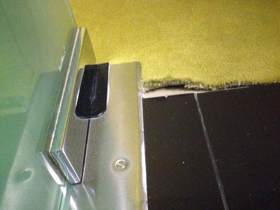 Teppich löst sich vom Boden (Zimmer 502)  Bild von SANA