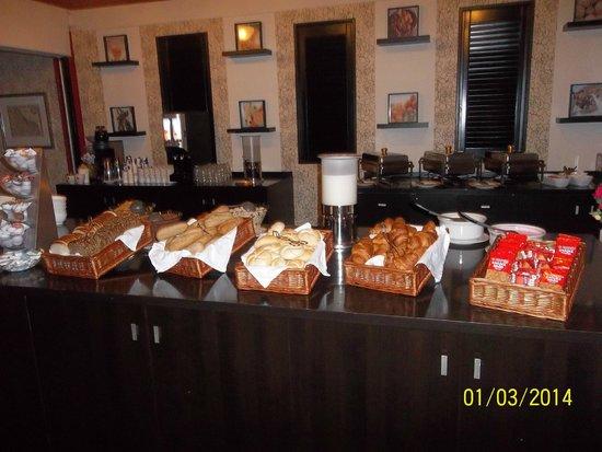 New West Inn Amsterdam: Mostrador bollería desayuno