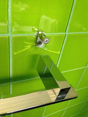 SANA Capitol Hotel : Handtuchhalter defekt