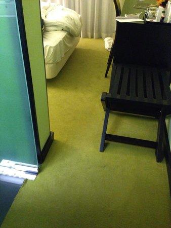 SANA Capitol Hotel : Sehr kleine und vor allem enge Zimmer. Kaum Platz um zum Bett zu gelangen.