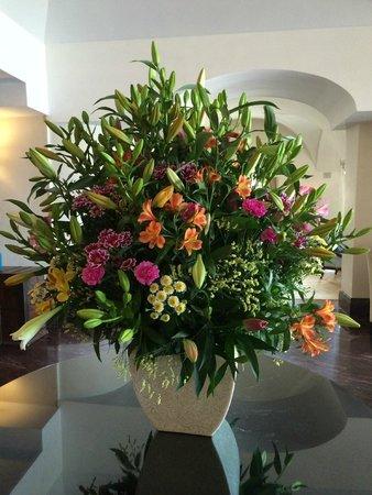 Falkensteiner Schlosshotel Velden: traumhafte Blumen im Empfangsbereich