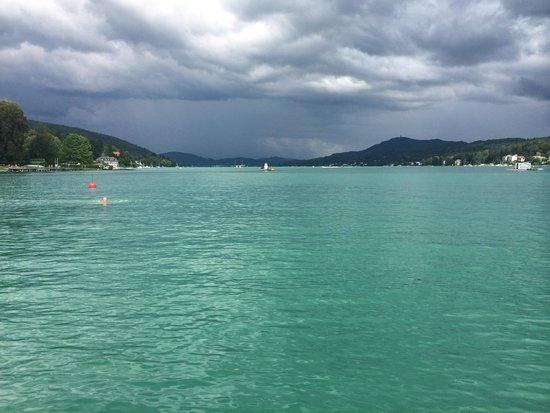 Falkensteiner Schlosshotel Velden: Blick vom Strand auf den See