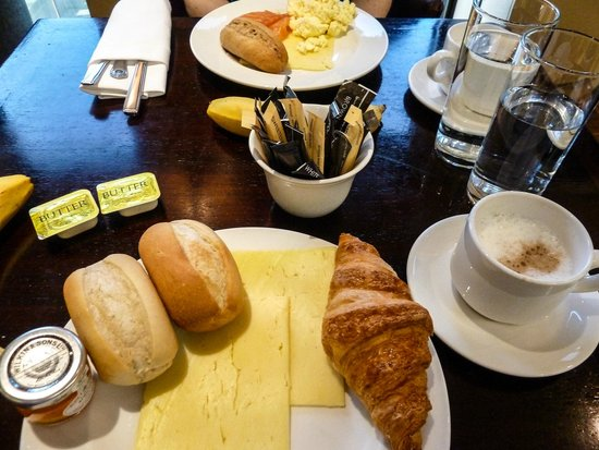 Crawley, UK: Executive Lounge breakfast at the Hilton London Gatwick