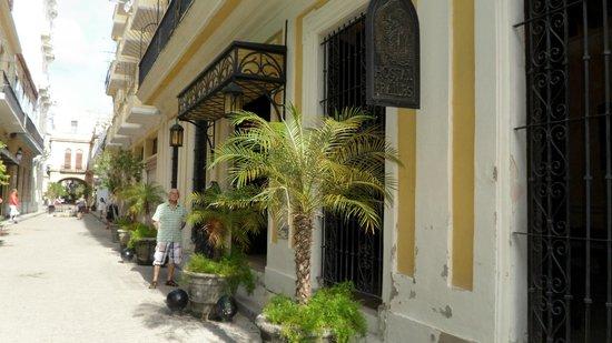 Los Frailes Boutique Hotel Havana : Street & hotel front