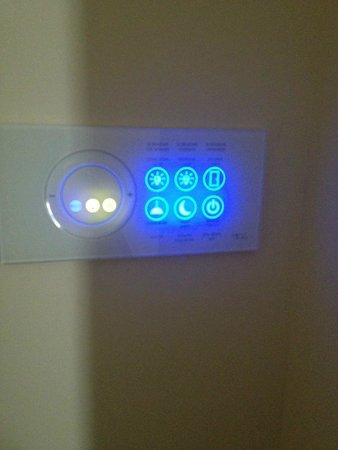 The State Hermitage Museum Official Hotel : todo es state of the art tecnología- habitación mandos luz, calor