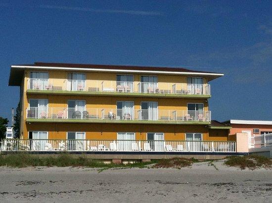 Beach House Motel: Each room has a balcony/deck with a seperate entrance