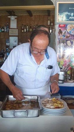Restaurante Boto's: Sirviendo el pescado