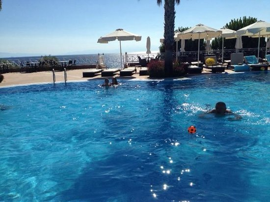 Pomegranate Wellness Spa Hotel : комфортный бассейн и пляж