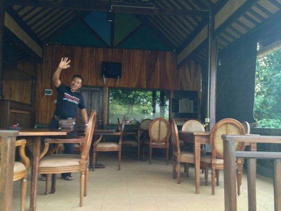 Pondok Bali Beach Front: Sammy at the restaurant