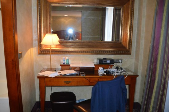 Hotel Muguet: Large writing desk for all our electronics.