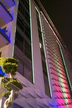 Hotel MIM Sitges: Outside View - Late at night