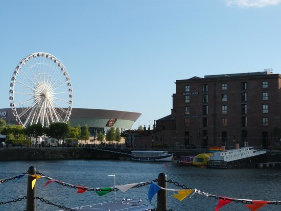Holiday Inn Express Liverpool-Albert Dock : Alrededores del hotel. Noria y Liverpool Echo Arena
