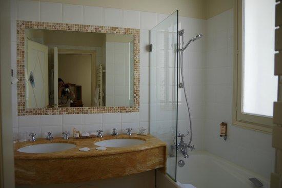 Hotel Brighton - Esprit de France : ゆったりした清潔な洗面