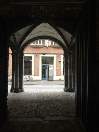 Martin's Brugge: Проход через арку из отеля