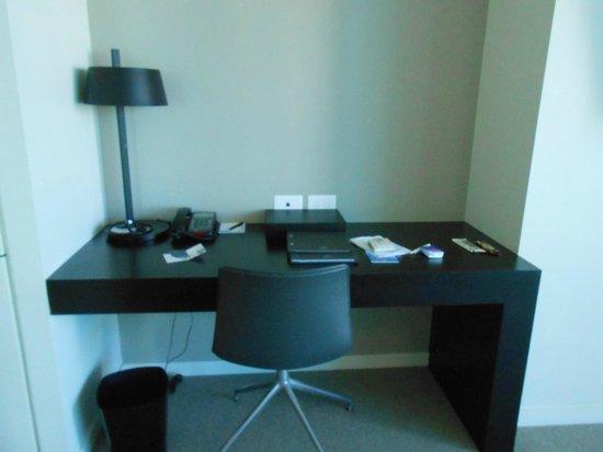 Hilton Surfers Paradise Hotel: Writing desk