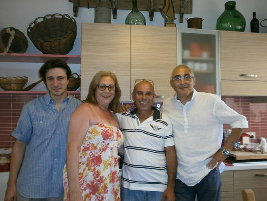 B&B Belveliero: Me with proprietors Gaspare e Giovanni & my partner Paul.