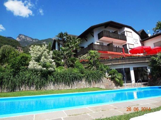 Hotel Restaurant Haus am Hang: zicht vanaf zwembad