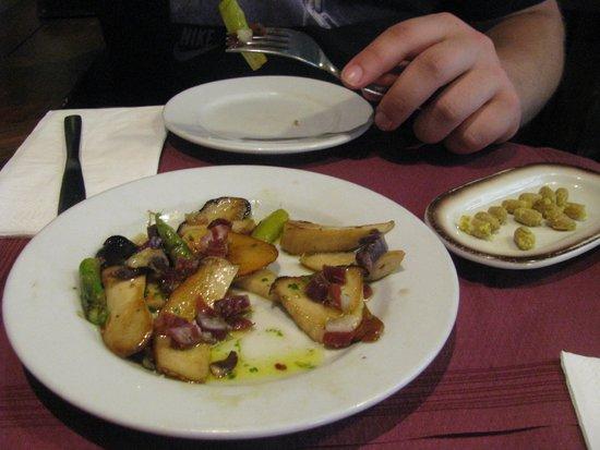 Tapeo de Cervantes: Grilled porcini and asparagus with pata negra