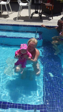 Hotel Istankoy Bodrum: Me and cerys in hotel pool witch is amazing and clean