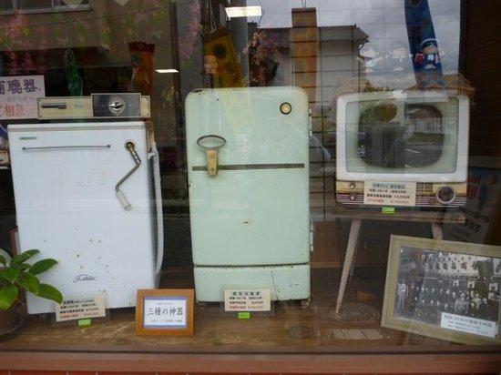 Showano Machi : 商店街の中の家電屋に展示されている3種の神器