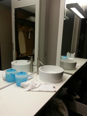 aloft Winchester: Modern sink and plenty of counter space